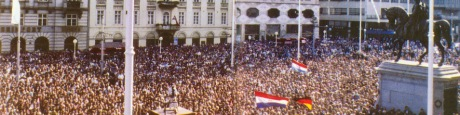 Celebrating Croatia's admission into the UN on the main  square in Zagreb upon the return of President Tuđman  from New York on 24 May 1992. Croatia declared its  independence on 25 June 1991, confirmed this decision  on 8 October 1991 at the expiration of the moratorium,  and was recognised by the international community on  15 January 1992. Photo: http://www.croatia.eu