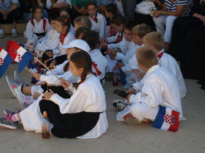 Children at mass in Udbina Croatian Martyrs Day 29 August 2015 Photo: www.lika-online.com