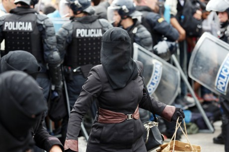 Police assist refugees in Croatia