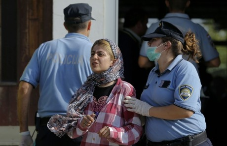 Croatian police guide refugees Wednesday 16 September 2016