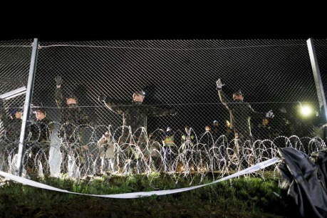 Hungarian soldiers seal off border with Croatia 16 October 2015 Photo: Reuters/Antonio Bronic