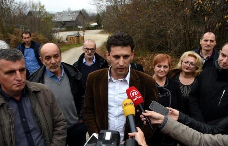 Bozo Petrov (Centre) and members of Bridge/Most At Plitvice Croatia 14 November 2015 PHOTO: R.FAJT/CROPIX