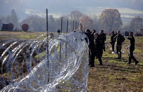 Slovenia/Croatia border Slovenia raises razor-wire fences late 2015