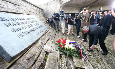 Jasenovac 22 April 2016 President of Croatian Parliament Zeljko Reiner lays a wreath to honour te memory of victims of the Holocaust Those perished in the camp betweek 1941-1945 Photo: Slavko Midzor/Pixsell