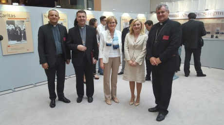 From left: Rector Zeljko Tanjic, mons. Ivan SaSko, Vice-president EUP Mairead McGuinness, MEP Marijna Petir and mons. Vlado Kosic at exhibition in EUP Photo: www.unicath.hr